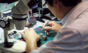 時計修理のWRS muta factoryの時計職人作業風景です